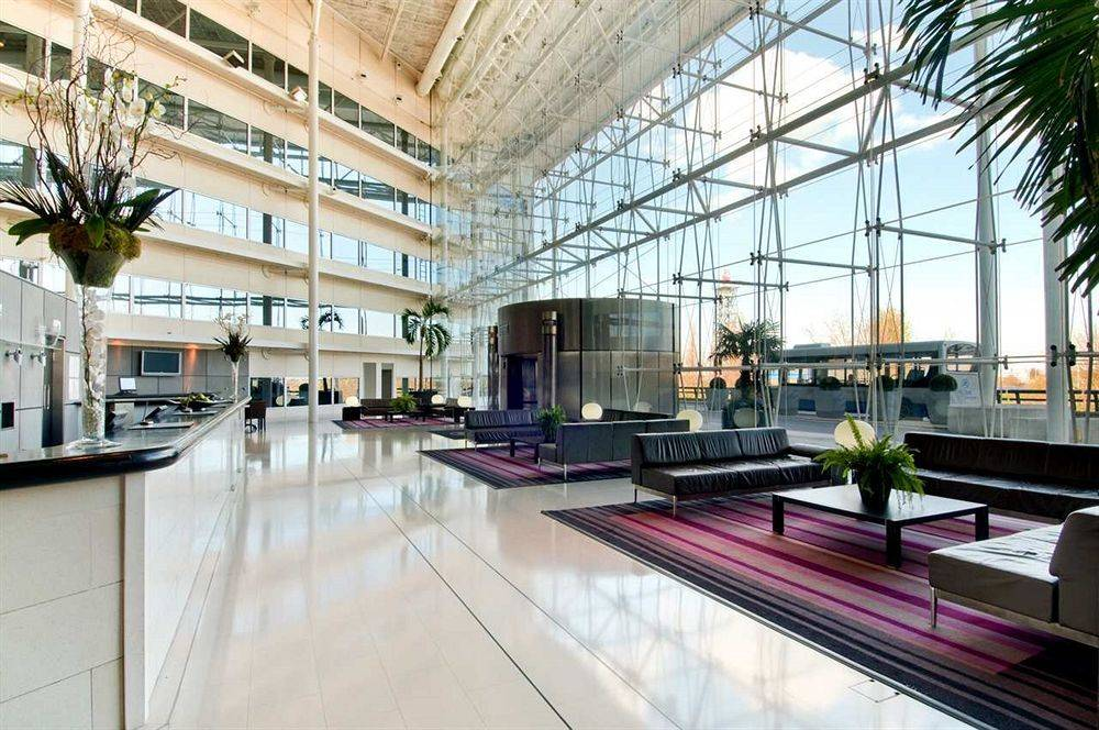 the hilton hotel heathrow Hilton london heathrow airport hotel's guests can work out in the gym, relax in the indoor swimming pool, sauna and steam room satellite television the hotel's 398 contemporary, soundproofed guestrooms all provide satellite television with pay movies, high-speed internet ports, safes, and minibars.