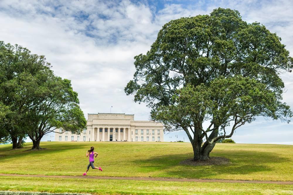 Şehrin oksijen kaynağı Domain Parkı'nda gezintiye çıkın