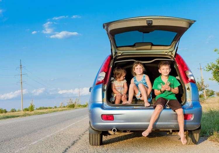 Araba içindeki çocuklar