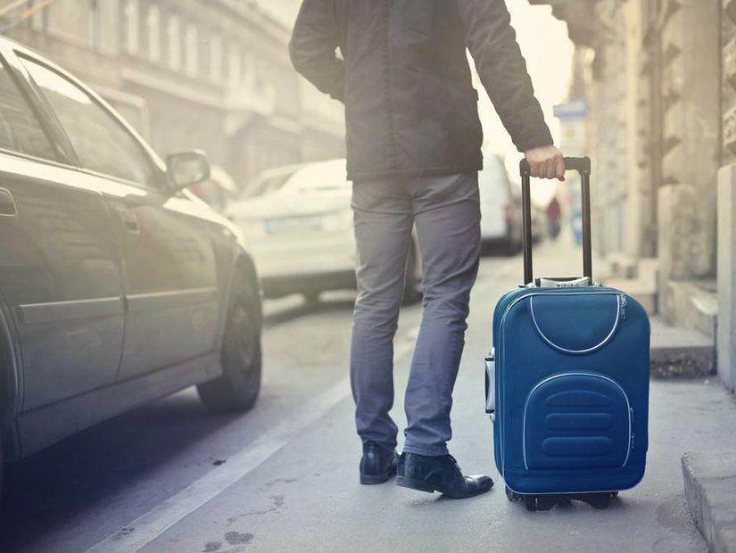 1- Küçük ve tekerlekli bir bavulu tercih edin