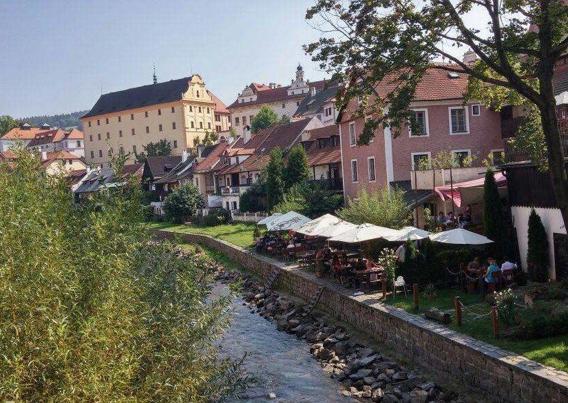 Vltava Nehri kenarında yemek keyfi