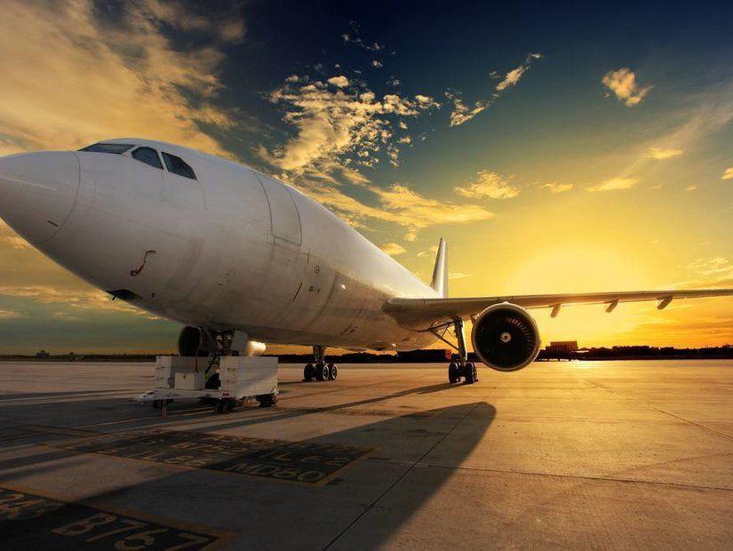 Gün batımında çekilmiş uçak fotoğrafı