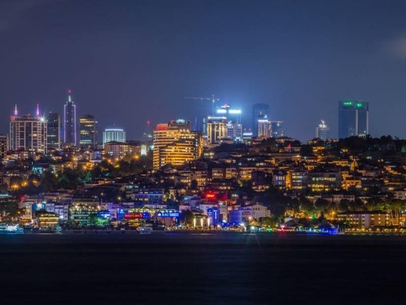 İstanbul'da ışıltılı sokaklar
