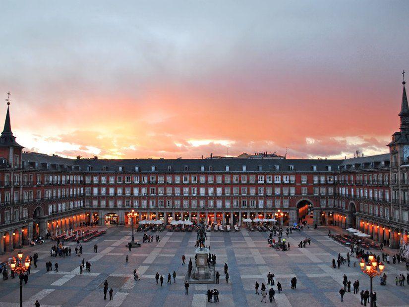 Kentin en işlek yeri Plaza Mayor
