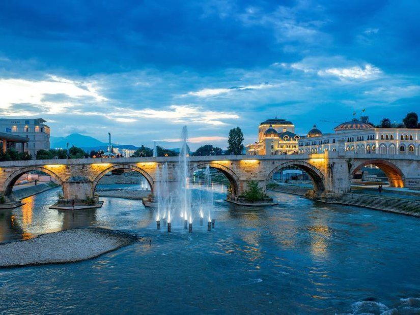 Vardar Nehri'ne Taş Köprü'den bakın