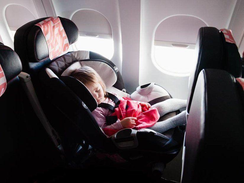Uçakta uyuyan bebek