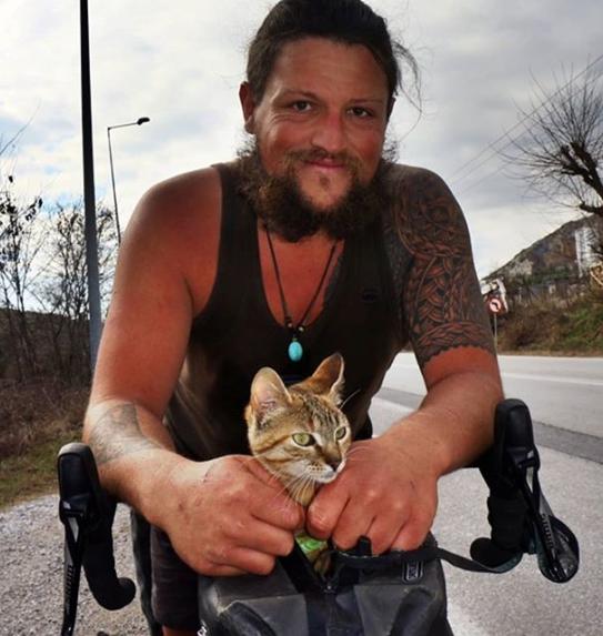Bisikletle dünya turu yapan Dean ve yol arkadaşı Nala