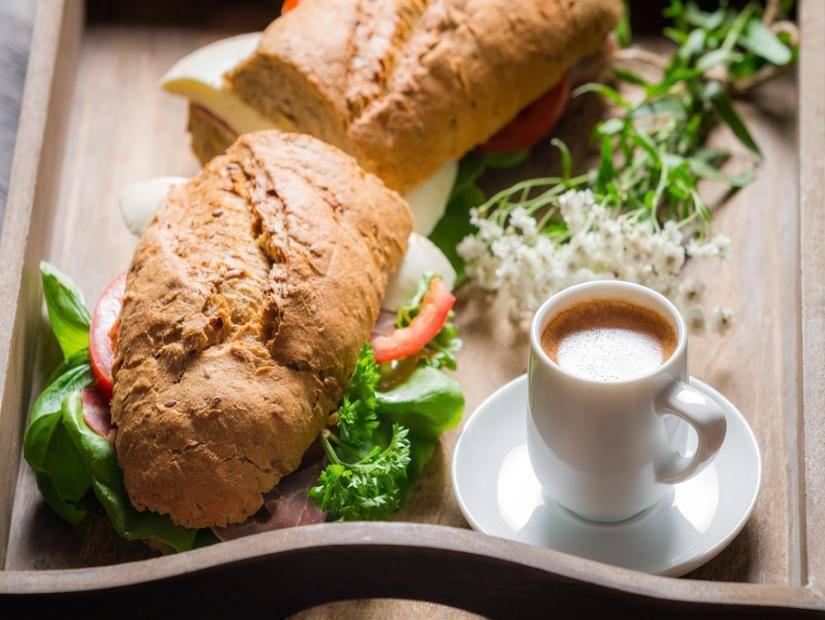 Espresso ve sandeviç ile italyan kahvaltısı